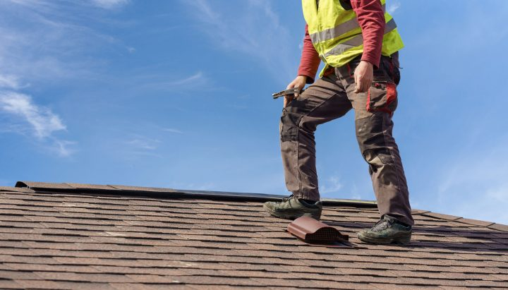 Här ser vi en takläggare i Norrköping arbeta.